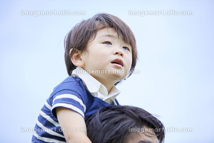 肩車に乗る男の子