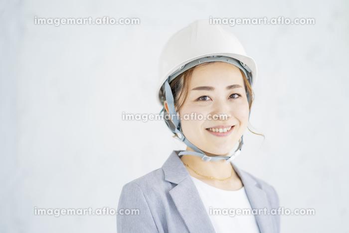 ヘルメットをかぶったスーツ姿の女性の販売画像