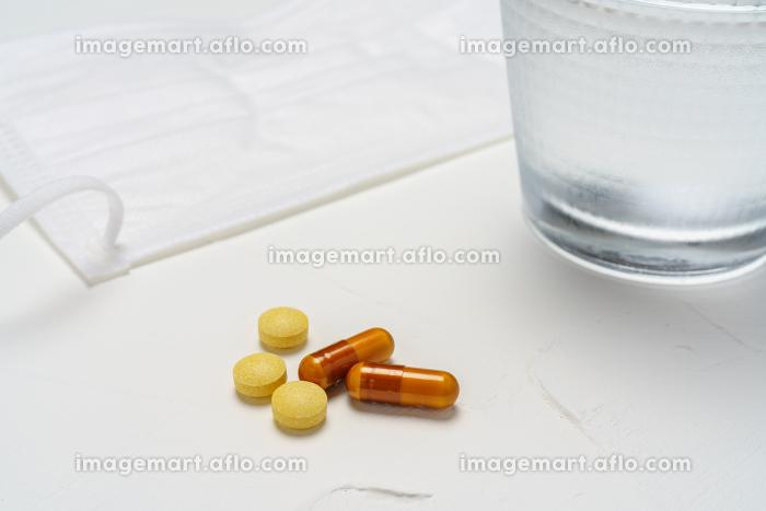 マスクと水と薬の販売画像