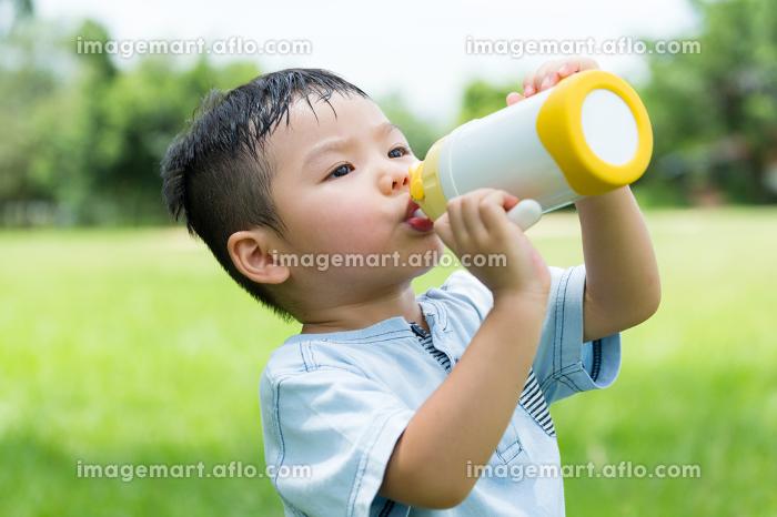 Cute boy drinking water with bottleの販売画像