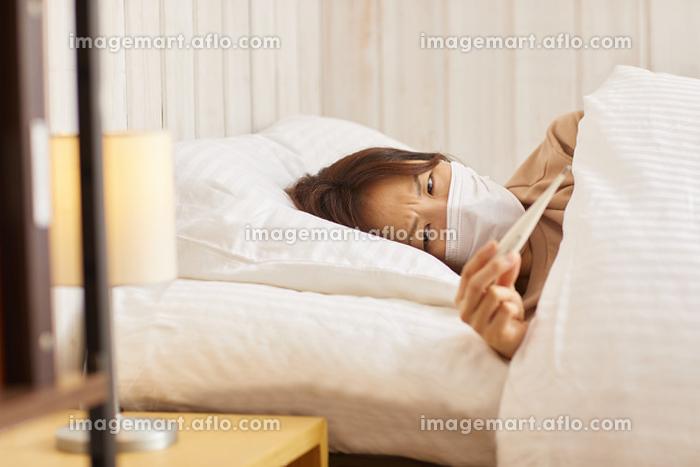 体温計を確認する女性