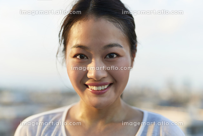 カメラ目線で微笑む日本人女性