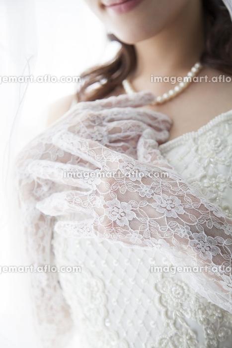 胸に手をあてる花嫁の販売画像