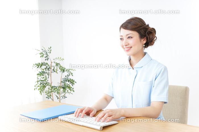 パソコンを使う看護師の販売画像