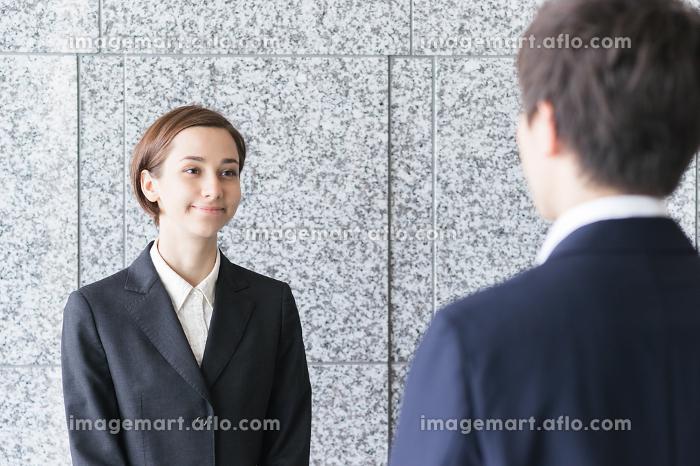 向かい合う2人の会社員(ビジネスイメージ)の販売画像