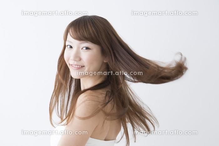 振り返り微笑む女性の販売画像