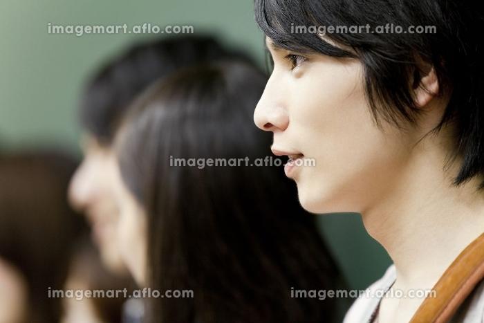 微笑む大学生の横顔の販売画像