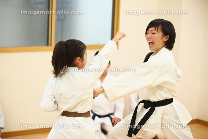 空手の組手をする日本人の子供たち