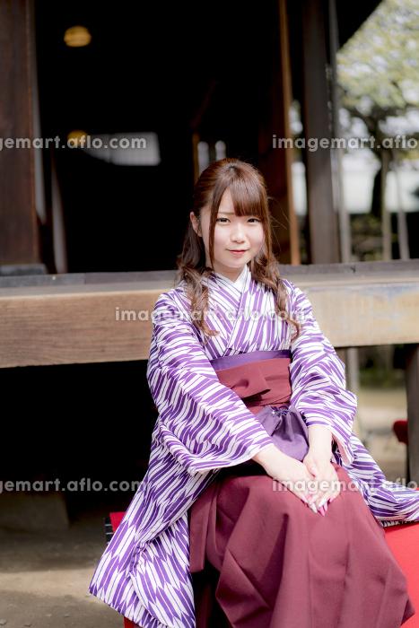 長椅子に座る袴の女性