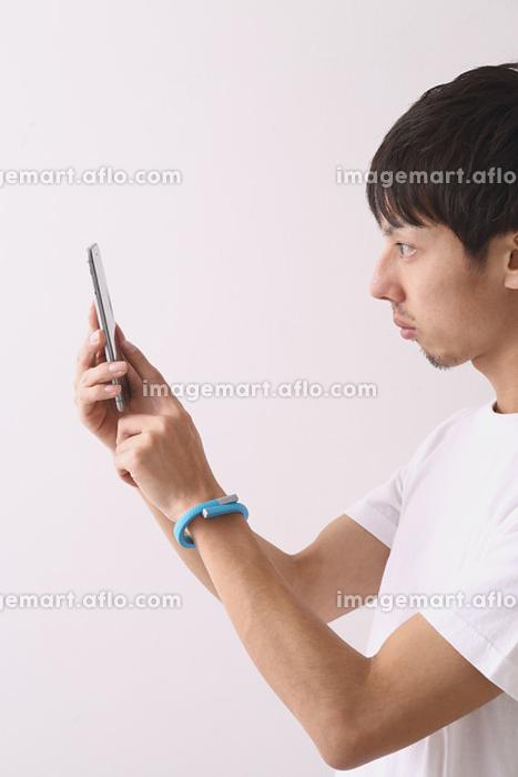 スマートフォンを操作する若者