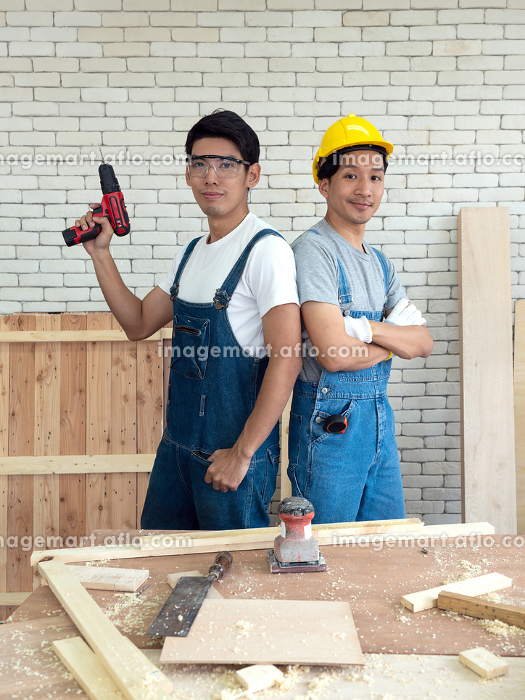 Two Asian carpentry poses confidently before beginning the jobの販売画像