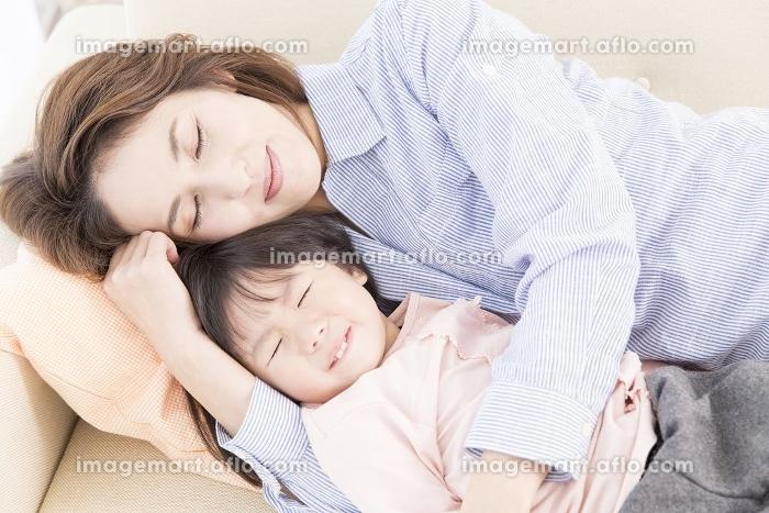 ソファで寝る母と娘