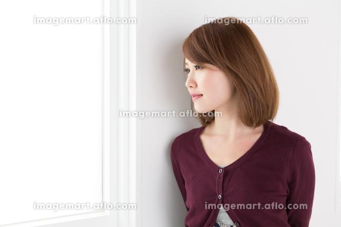 リラックスする女性の販売画像
