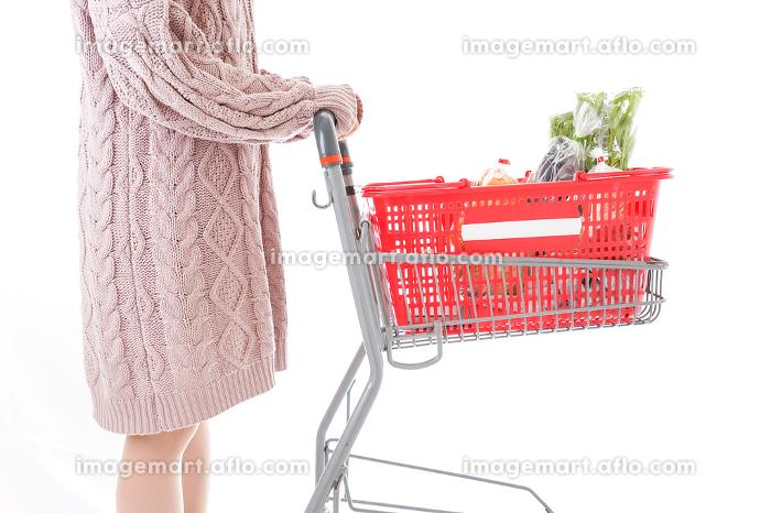 食料品の買い物をする若い女性の販売画像