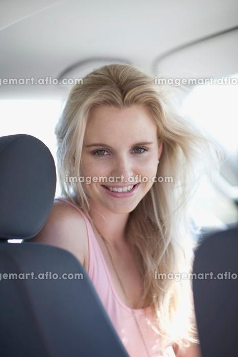 Woman sitting in a carの販売画像