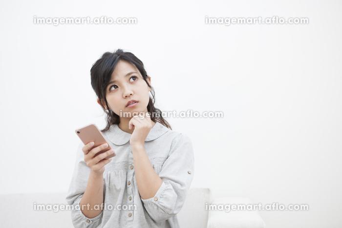 スマホを持つ女性の販売画像