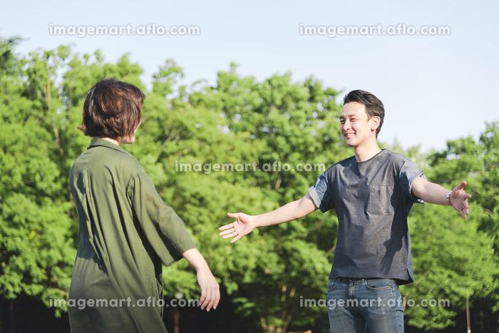 ハグをする若いカップルの販売画像