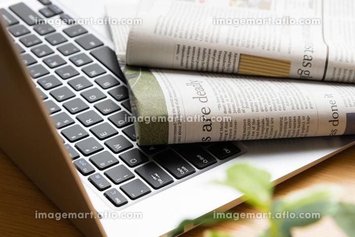 英字新聞 ニュース 自宅 朝イメージの販売画像