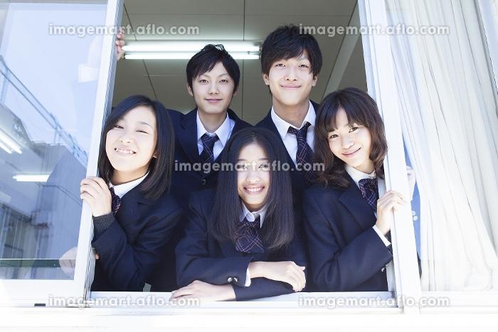 窓から顔を覗かせる高校生たちの販売画像