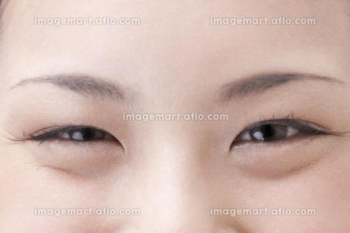 笑った女性の目