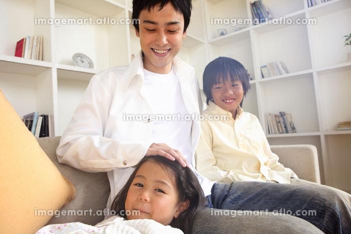 父親と兄妹のポートレートの販売画像