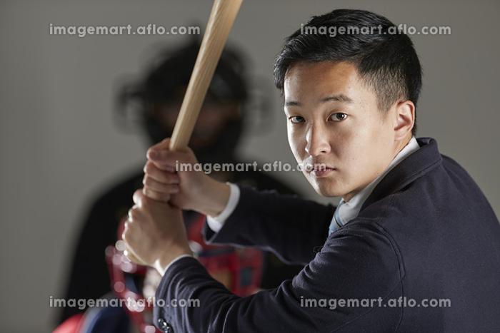 バッターボックスに立つ日本人ビジネスマンの販売画像