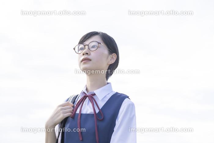 空を見上げる女子高生の販売画像