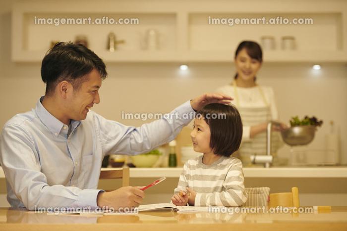 リビング学習する日本人の子供の販売画像