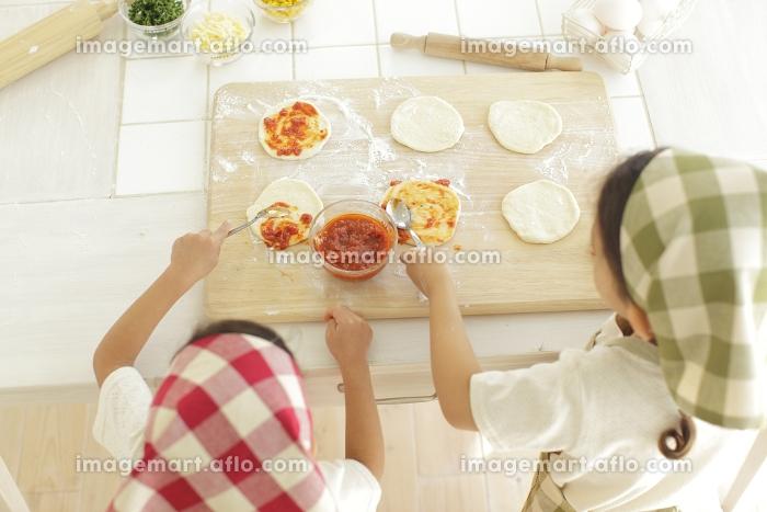ピザを作る小さな女の子たちの販売画像