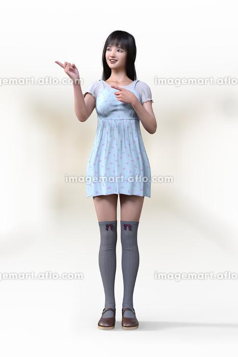 フェミニンなワンピースを着た若い女子が人差し指を左側に向け同じ方向に目線を向けて案内している