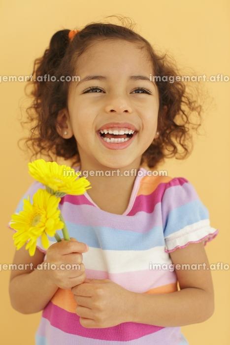 花を持つ女の子の販売画像