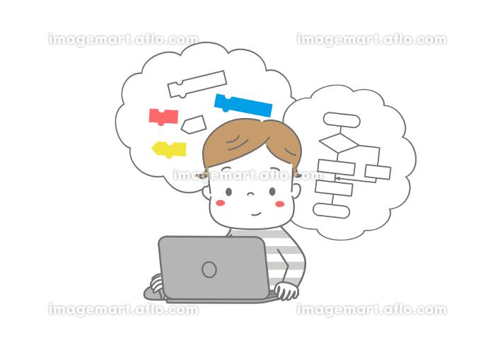 パソコンでプログラミング学習をしている男の子の販売画像