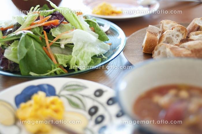パンとスープとサラダの朝食の販売画像