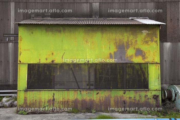 海辺の工場内の物置小屋