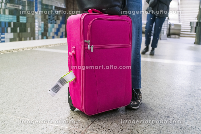 Traveller with a pink luggage at central subway station in Stockholmの販売画像