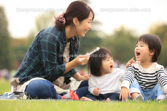 食事する親子の販売画像