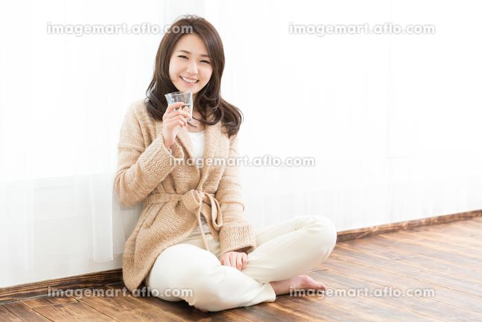 水を飲む女性の販売画像