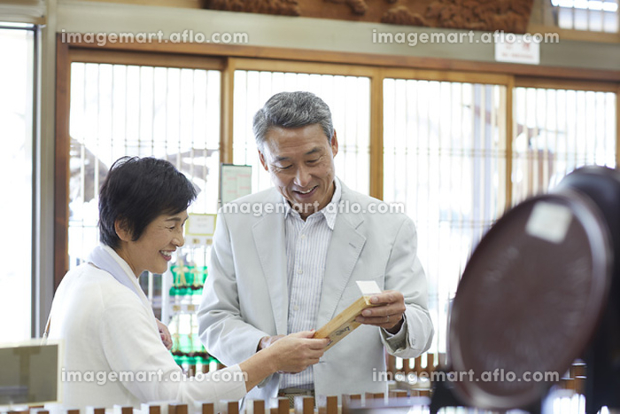 ショッピングをする日本人シニア夫婦の販売画像