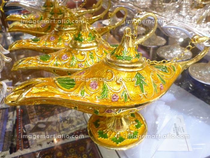 金色のアラビアンなデザインランプが複数並んだ様子の販売画像