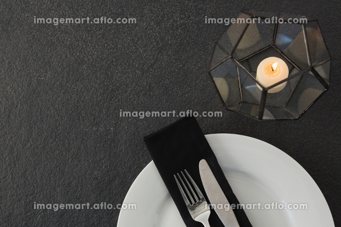 Table setting with lit candleの販売画像