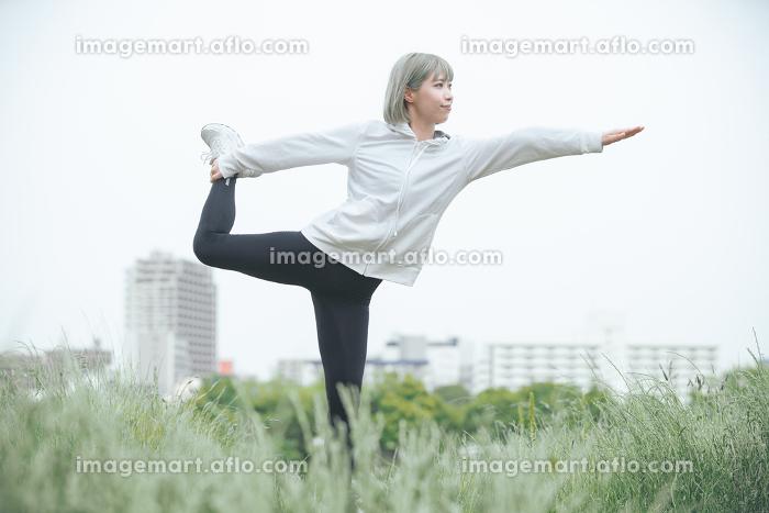 屋外で運動をする女性の販売画像