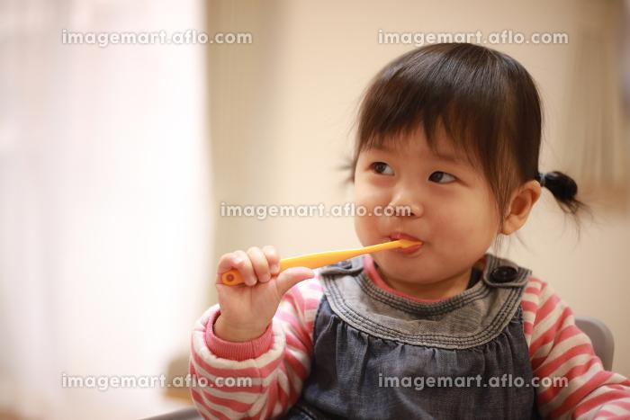 歯磨きする女の子の販売画像