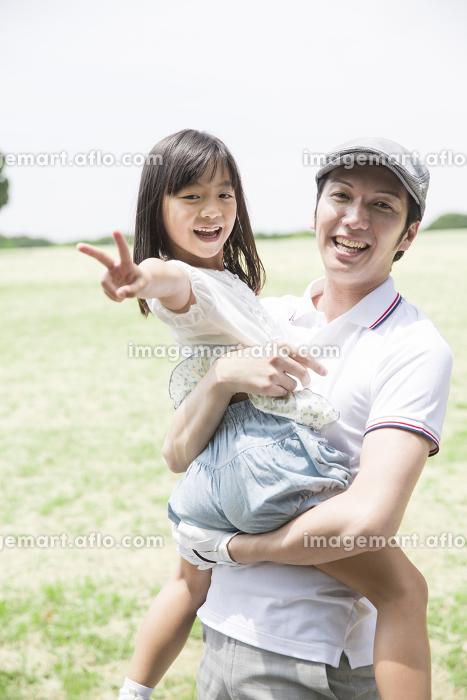 父親に抱っこされている娘の販売画像