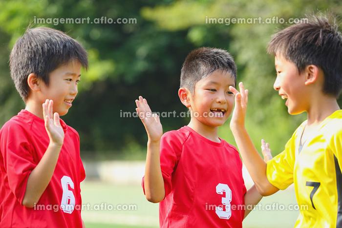 ハイタッチするサッカー少年の販売画像