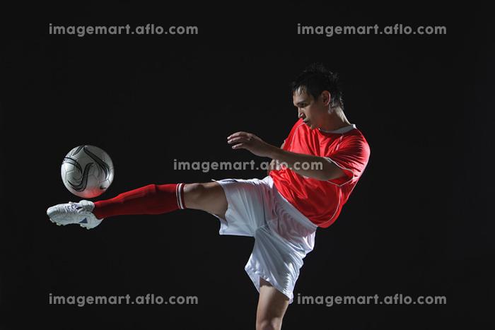 キックをするサッカー選手