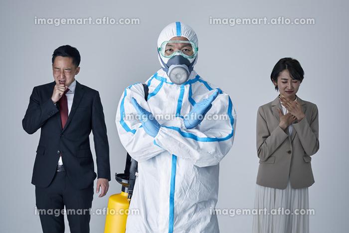 咳エチケットを警告する防護服を着用した男性の販売画像