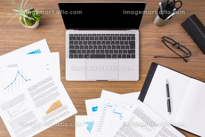 テーブル上のノートパソコンの販売画像