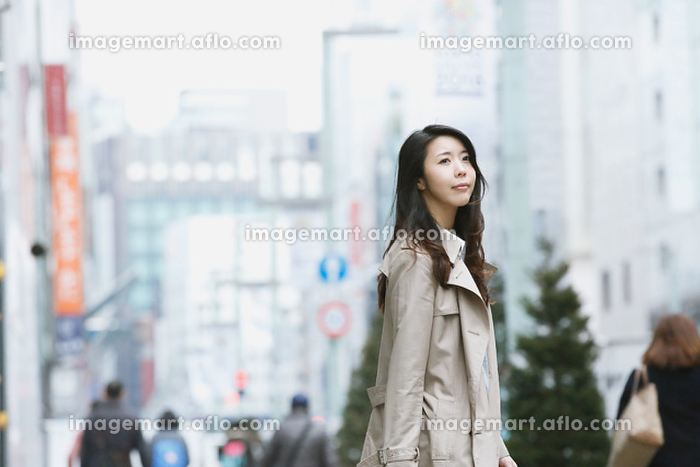 銀座を歩く日本人女性