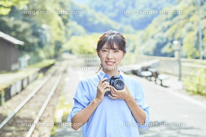 旅先で写真を撮る笑顔の日本人女性