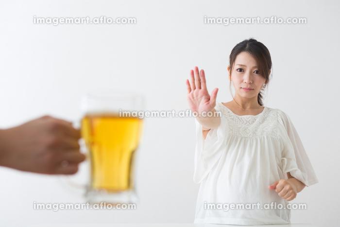 ビールを見る妊婦さんの販売画像